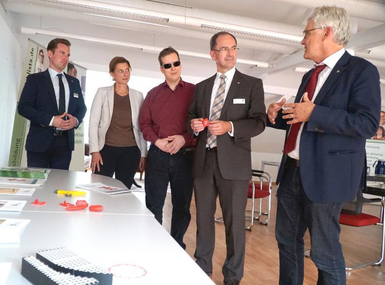 Das Foto zeigt Direktor Claus Duncker und RP Dr. Christoph Ullrich mit weiteren Mitarbeitern der blista