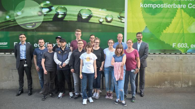Das Foto zeigt die Exkursionsgruppe mit Lehrer Mahnke vor der ecoflex-Anlage