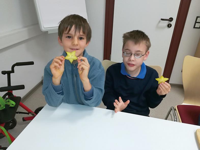 Die Jungen zeigen Sternenfrüchte