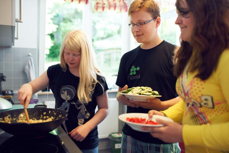 Drei Schüler*innen sind gemeinsam am Kochen