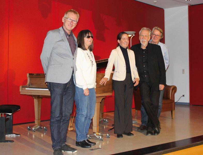 Das Foto zeigt die Künstler zusammen mit den Herren Metz und Hecker sowie Frau Stelker