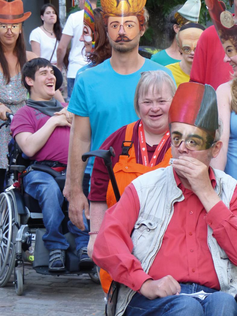 Das Foto zeigt 4 Teilnehmende, zwei tragen bunte Masken