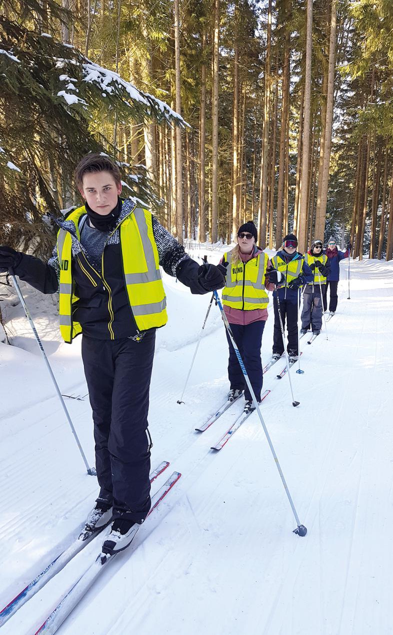 Mehrere Schüler auf Langlaufskiern in einer Liope