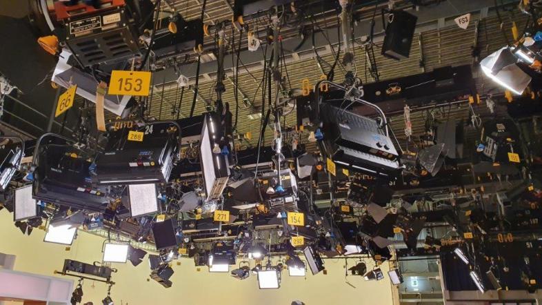 Das imposante Foto zeigt die weit über 100 Reflektoren und Beleuchtungsbildschirme an der Studiodecke