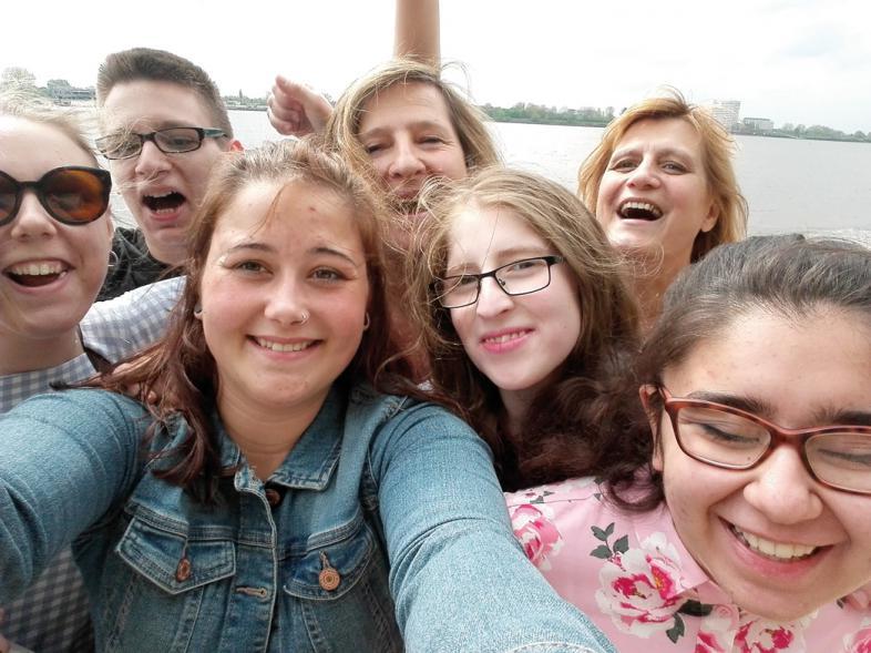 Das Selfie zeigt 7 lachende Gesichter