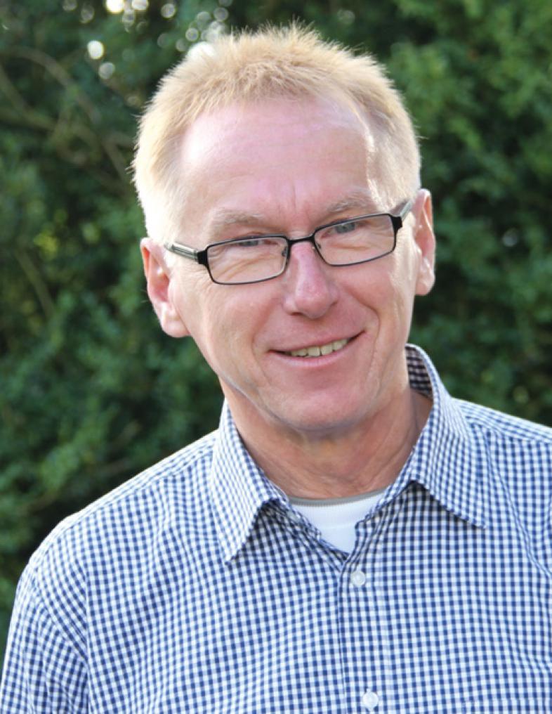Portraitfoto von Dr. Werner Hecker, er hat kurzes rötlichblondes Haar und trägt eine Brille