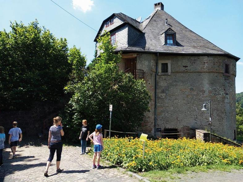 Zwei Kinder stehen vor dem Marburger Hexenturm