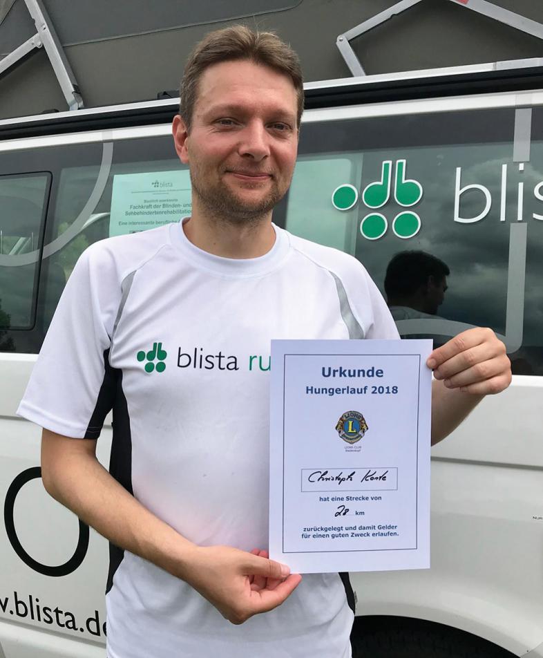 Christoph Korte zeigt sein Zertifikat