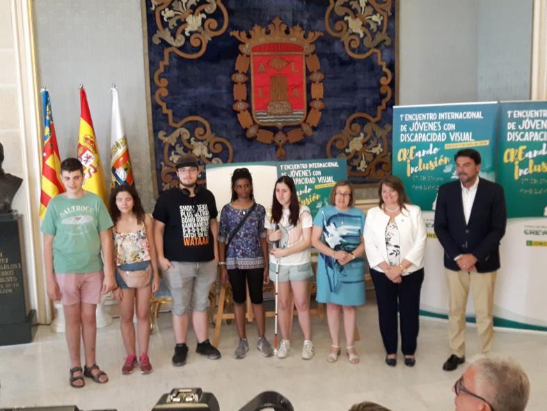 Schülerinnen und Schüler der Klasse 12 zu Besuch beim Bürgermeister