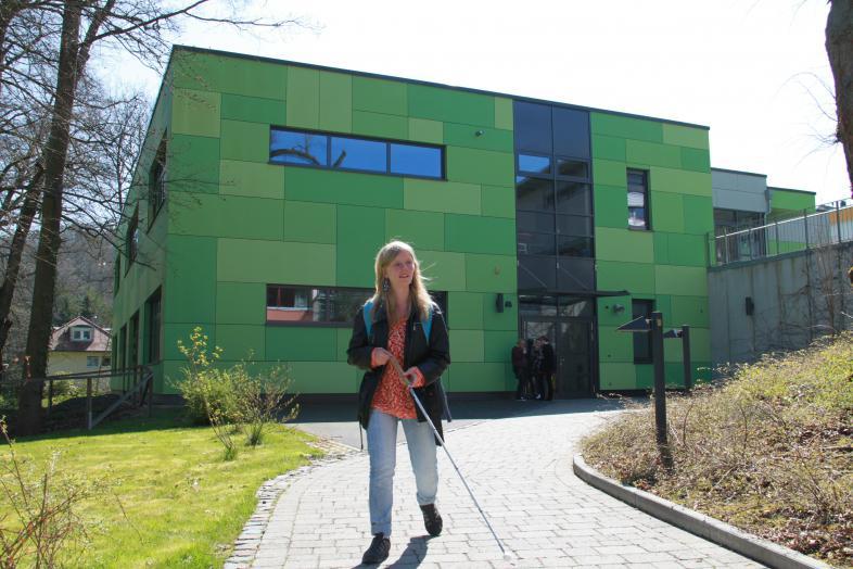 Eine Schülerin verlässt das Oberstufengebäude