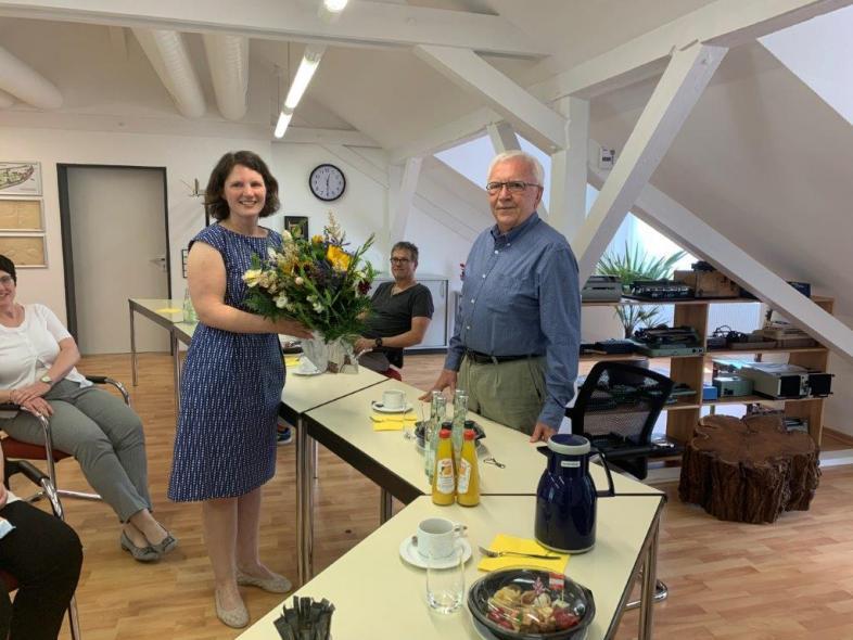 Verwaltungsratsvorsitzender Bernd Höhmann überreicht einen Blumenstrauß