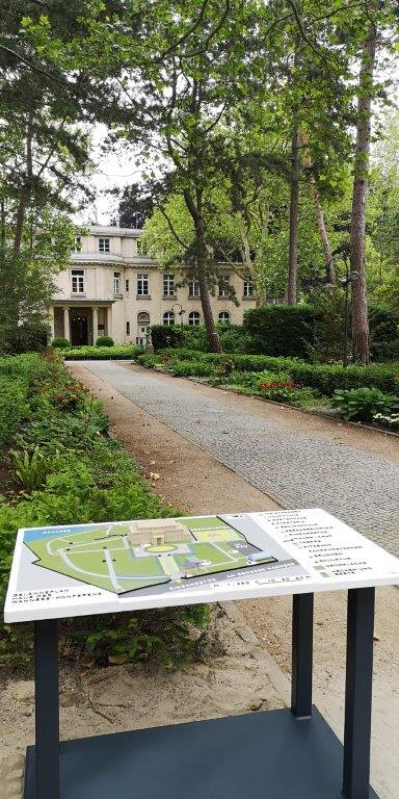 Taktiles Modell zur Gedenkstätte Wannseekonferenz mit dem Originalgebäude im Hintergrund