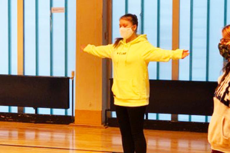 Gymnastikübung in der Turnhalle