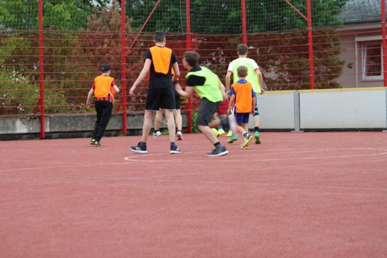 Auf dem blista-Fußballplatz tummeln sich Spieler unterschiedlichen Alters