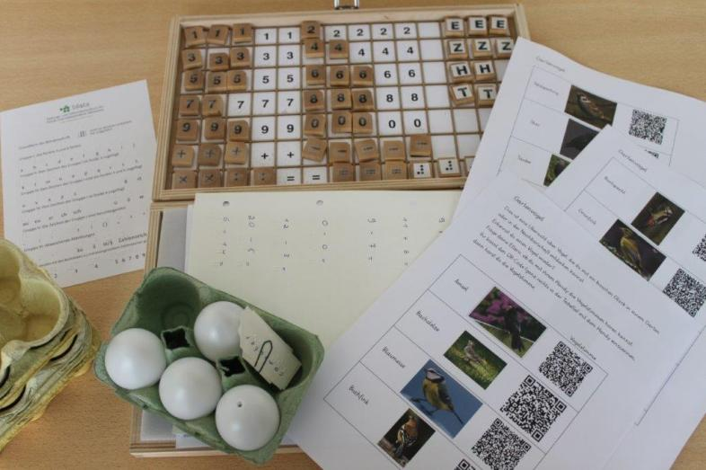 Taktile Lernmaterialien und QR-Codes zu Vogelstimmdateien