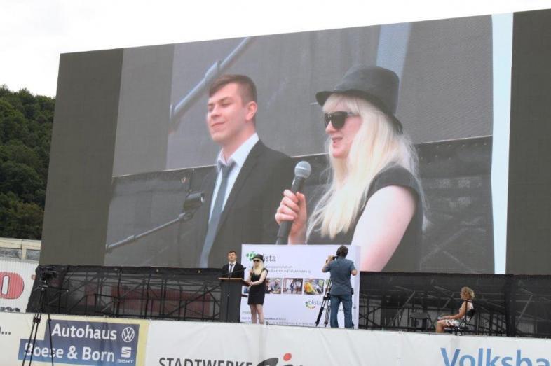 Schülerrede im Autokino: Das Foto zeigt die beiden auf der großen Leinwand und auf der Bühne