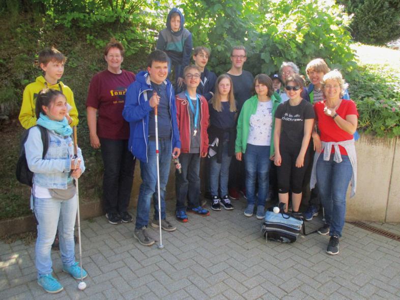 Das Gruppenbild auf dem blista-Campus zeigt 14 fröhliche Personen