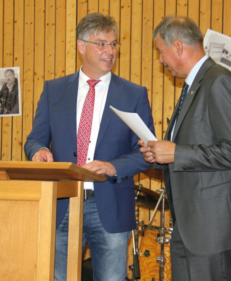 Der Leiter des Staatlichen Schulamtes Marburg, Ulrich Müller, überreicht Jochen Lembke die Urkunde