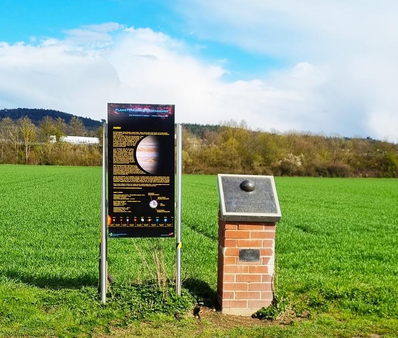 Station Jupiter im Planetenlehrpfad mit Tafel und Modell