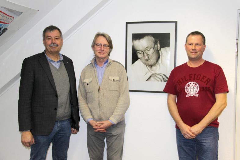 Das Bild zeigt drei Nachfolger im Amt des Betriebsratsvorsitzenden; von links Joachim Lemke und Pit Metz; rechts – neben der Fotografie – steht der aktuelle Vorsitzende Rainer Datzer.