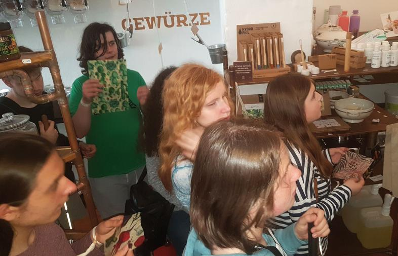 Schülergruppe im Unverpacktladen