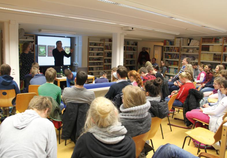 In der Schülerbibliothek lauschen die zahlreichen Besucher gebannt dem irischen Autor Shane Hagerty