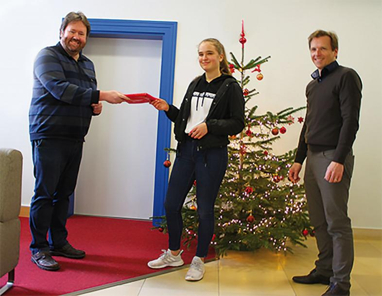Mila Bödecker erhält von Mathe-Lehrer Dr. Feldtmann einen Buchpreis.