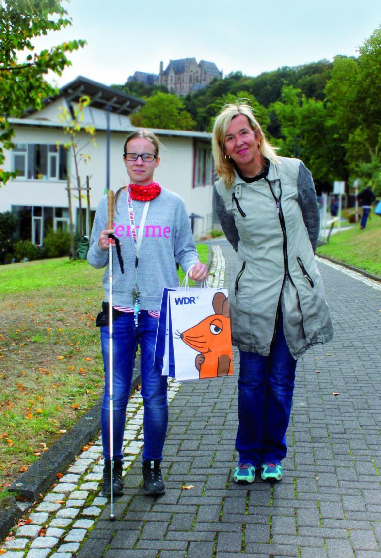 Foto von Vanessa mit der Autorin der Sendung, Birgit Quastenberg auf dem blistaCampus.