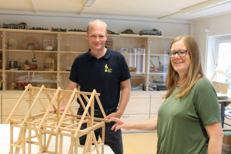 Tobias Mahnke und Tanja Schapat vor der Schrankwand, in der Lernmaterialien aufgebaut sind.