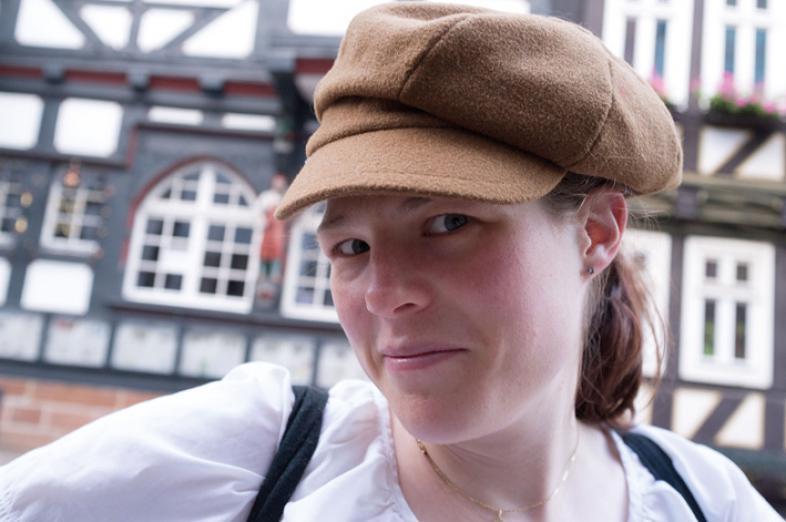 Das Portraitfoto zeigt Ellen Taubner mit Schirmmütze