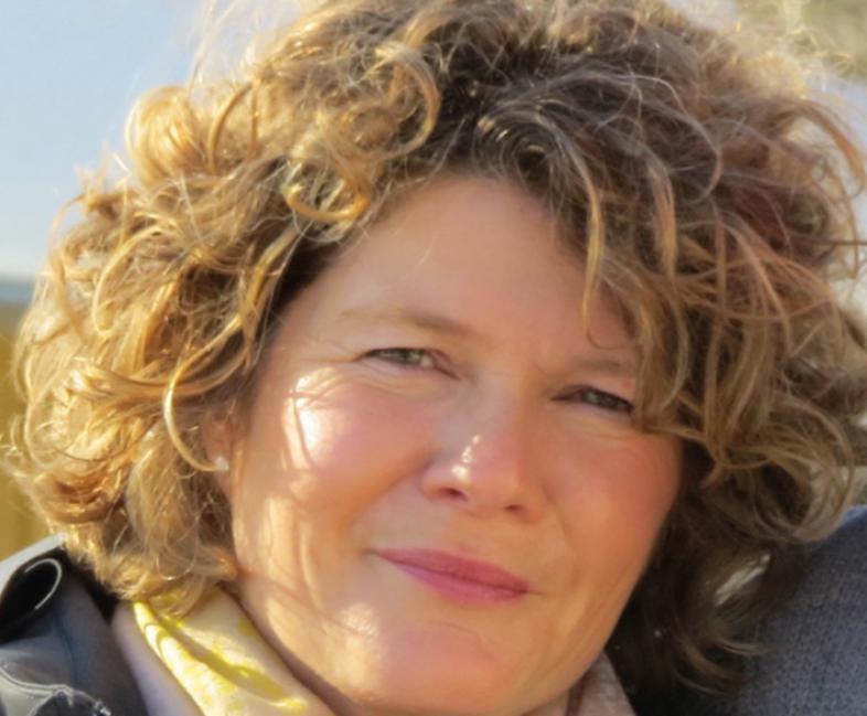 Das Foto zeigt das von blond-braunen Locken umrahmte Gesicht von Moni Vestweber