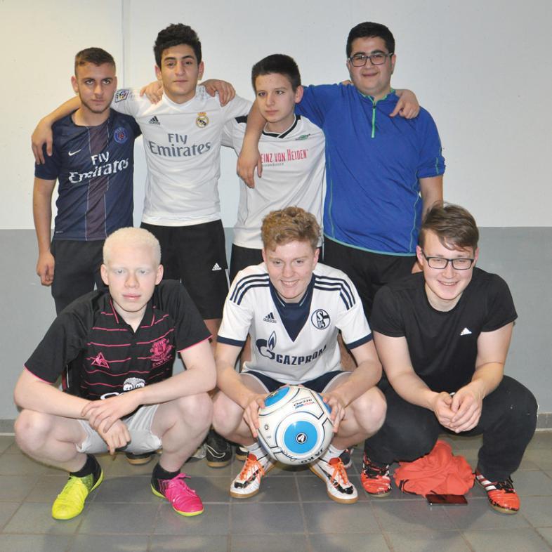 7 Jungs vom Team Dynamo Marburg haben sich zum Gruppenfoto mit Fußball platziert