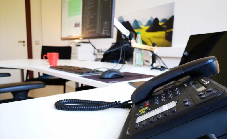Schreibtischausstattung zur Maßnahmenleitung: Laptop und Telefonanlage