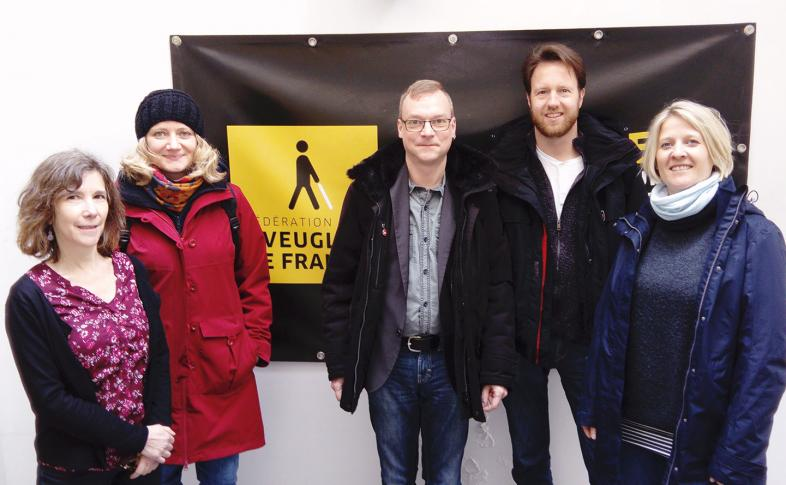 Das Foto zeigt 5 lächelnde Personen: eine Gastgeberin aus Paris und die Besucher*innen aus Marburg