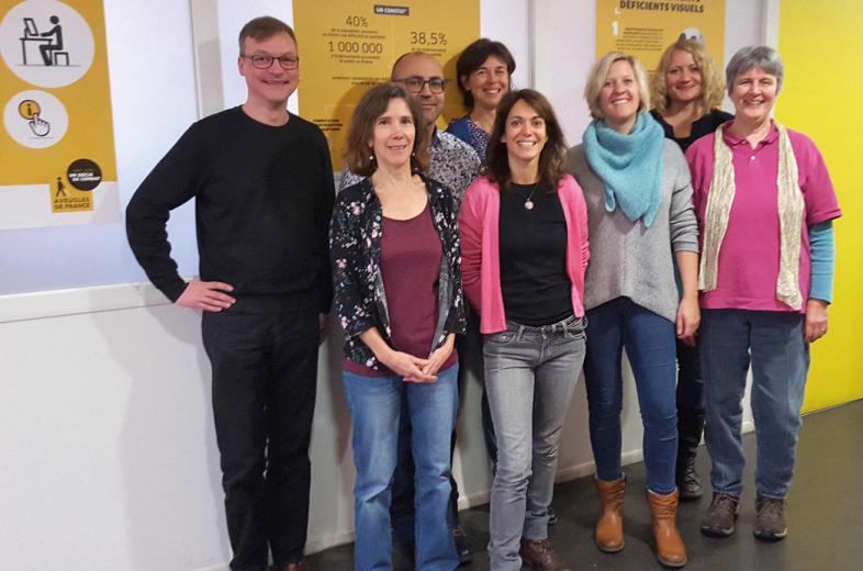 Das Foto zeigt 8 lächelnde Personen: die Gastgeber/innen aus Paris und das Fachschulteam aus Marburg