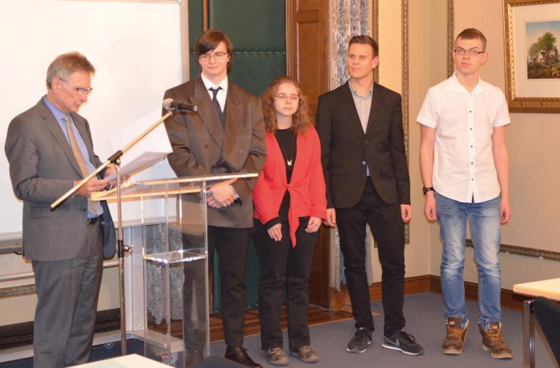 Staatssekretär Jo Dreiseitel (ganz links) hält die Ansprache zur Urkundenverleihung für den Internatsrat. V.l.n.r.: Steven Wächter, Luca Wendt, Sebastian Hitz und Daniel Spengler.