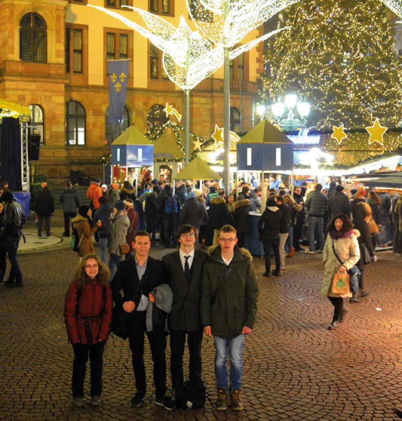 Nach der Preisverleihung belohnen sich die Jugendlichen mit einem Besuch auf dem prachtvollen Wiesbadener Weihnachtsmarkt.
