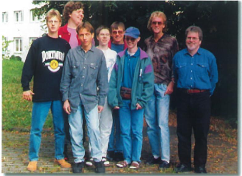 Das erfolgreiche Projektteam von 1995: Die Schüler Andre Regentin, Helge Tross, Zelco Crncic, Lars Bosselmann, Markus Greiser, Uwe Hanewlad, Sebastian Veith und ihr Lehrer Hans Junker