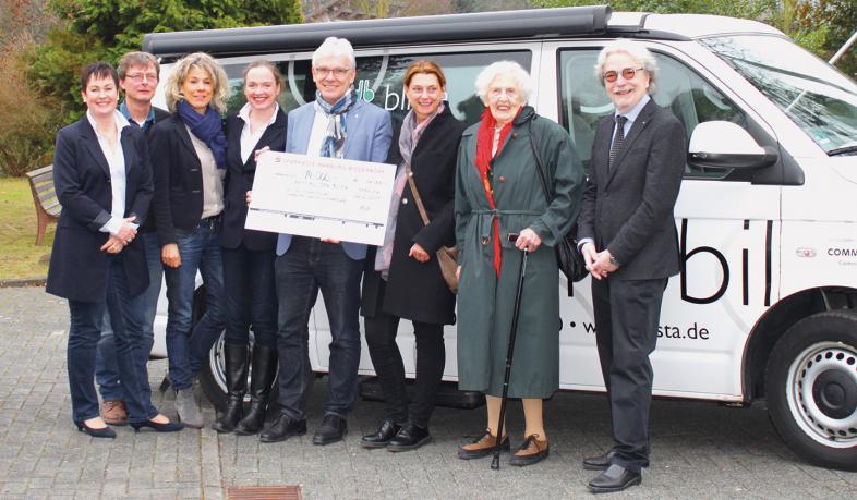 "Spendenübergabe durch Dr. Julia Koch, Präsidentin des Rotary-Clubs ""Marburg-Schloss"" (4. v. l.) an blista-Direktor Claus Duncker (5. v. l.)."