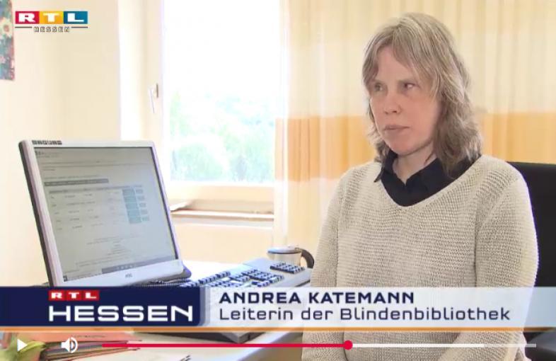 Andrea Katemann an ihrem Arbeitsplatz an der blista