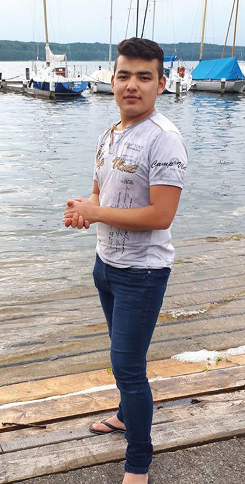 Rostam Nazari steht am Meer