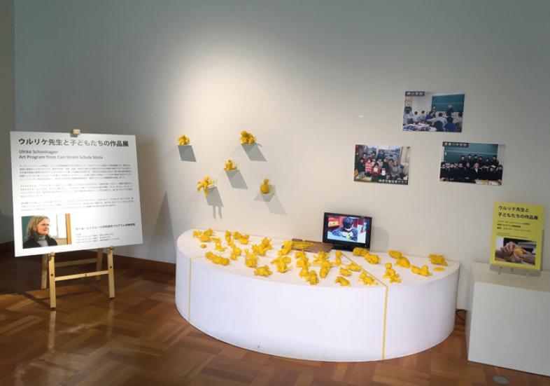 Ein Präsentationstisch zeigt die entstandenen Schülerarbeiten