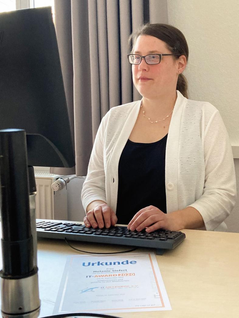 Melanie Siefert beim Arbeiten mit Tastatur