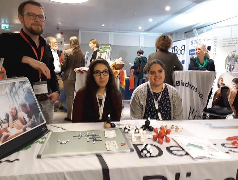 blista-Stand auf der SightCity: Zwei Schülerinnen und Lehrer Hannes Walz