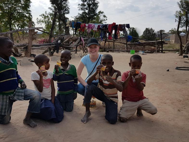 Kim mit einer vergnügten Gruppe von 5 Kindern aus dem tansanischen Kinderheim