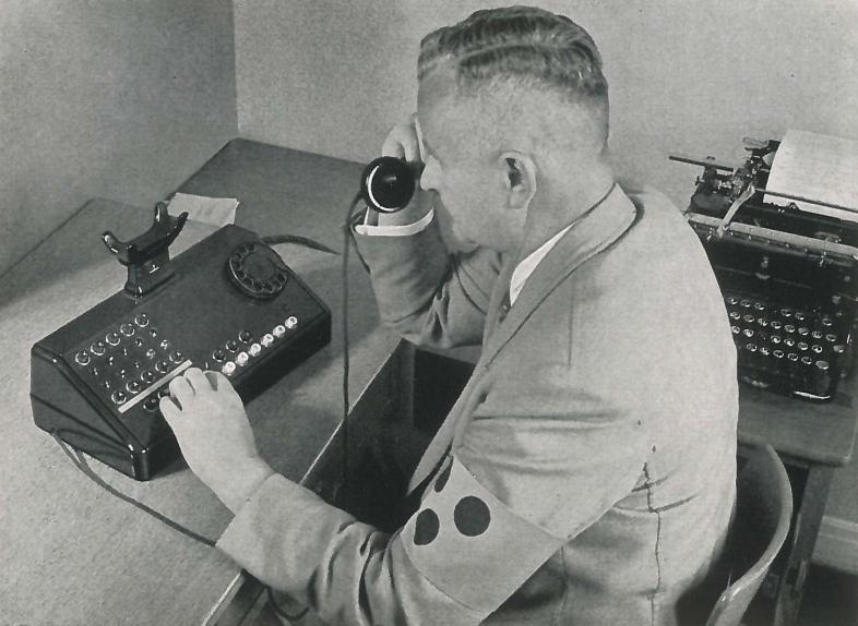 Ein blinder Telefonist an seinem Arbeitsplatz ca. 1950