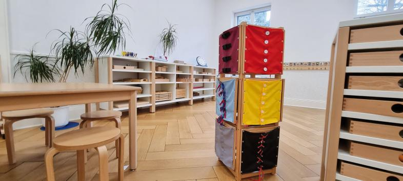 Spielturm mit verschiedenen Arten von Verschlüssen, z.B. Knopfleiste, Schnürung usw.