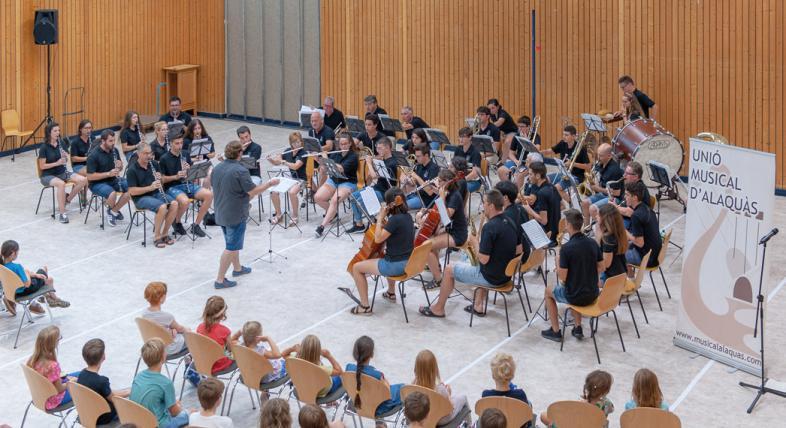 Das Foto zeigt das rund 40 Köpfe zählende Orchester von oben.