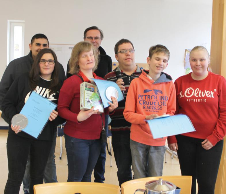 Das Foto zeigt die 3 Gewinner und 7 Jury-Mitglieder, erstere halten ihre Urkunden und Preise in den Händen