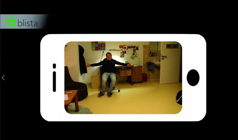 Begrüßungsszene mit Antonin in seinem Zimmer in einer Darstellung wie auf dem Smartphone-Display